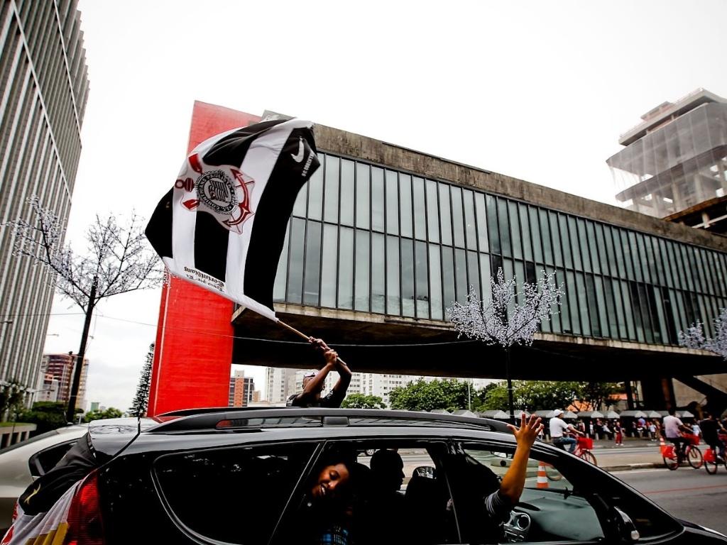 16.dez.2012 - Em frente ao Masp, torcedores corintianos fazem festa pelo título mundial no Japão