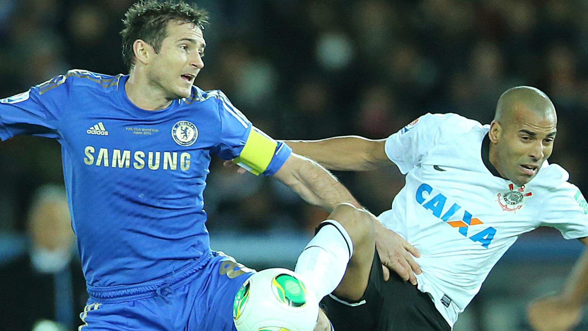 16.dez.2012 - Emerson Sheik, do Corinthians, e Lampard, do Chelsea, disputam jogada no meio-campo durante a final do Mundial de Clubes da Fifa, em Yokohama, no Japão