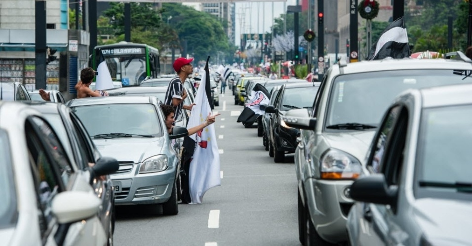 16.dez.2012 - Festa de corintianos causa trânsito na Avenida Paulista, em São Paulo
