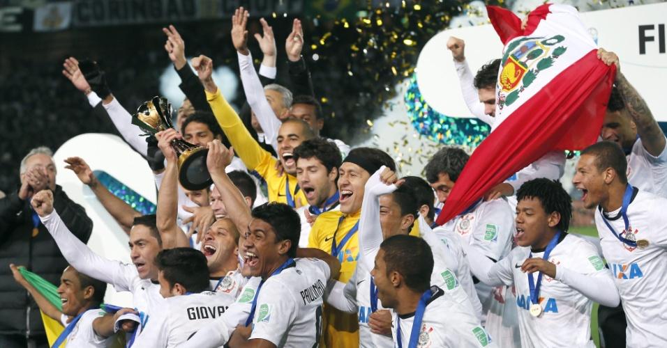 16.dez.2012 - Jogadores, comissão técnica de diretoria do Corinthians comemoram o título do Mundial de Clubes da Fifa, conquistado após a vitória por 1 a 0 sobre o Chelsea, em Yokohama, no Japão