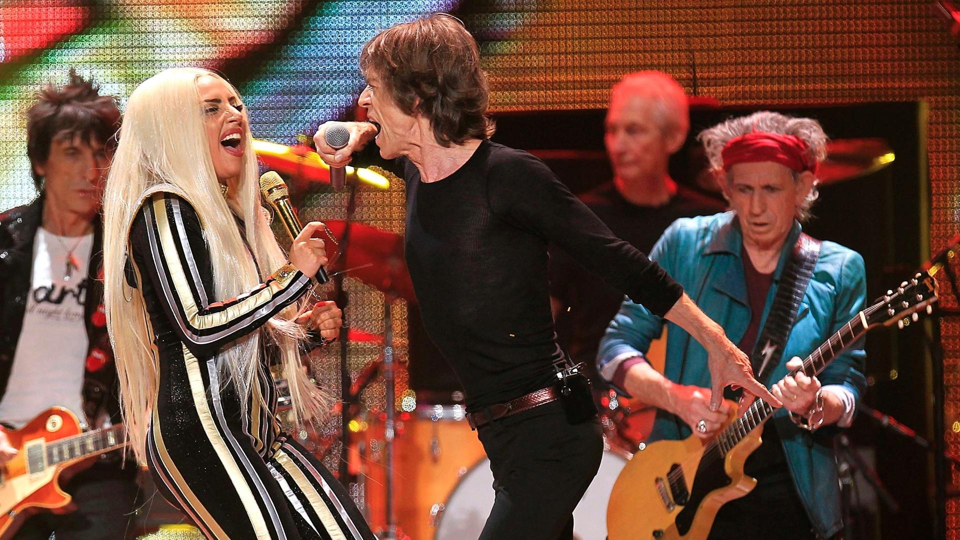 16.dez.2012 - Lady Gaga se apresentou com os Rolling Stones do último show da banda em comemoração aos 50 anos de carreira, nos EUA