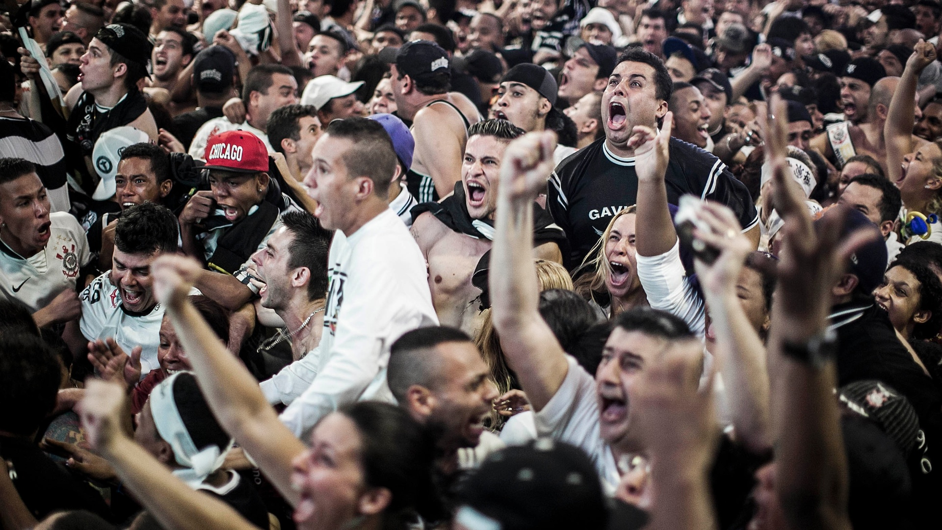 16.dez.2012 - Na quadra da Gaviões da Fiel, torcedores do Corinthians comemoram a conquista do Mundial de Clubes da Fifa, após a vitória por 1 a 0 da equipe alvinegra sobre o Chelsea, da Inglaterra. Cerca de 6 mil fãs estiveram no local