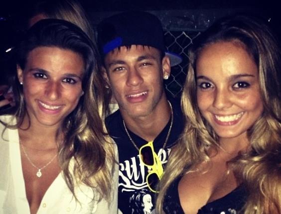 16.dez.2012 - Neymar posta foto com as ginastas Gabriela Soares e Jade Barbosa no Rio de Janeiro