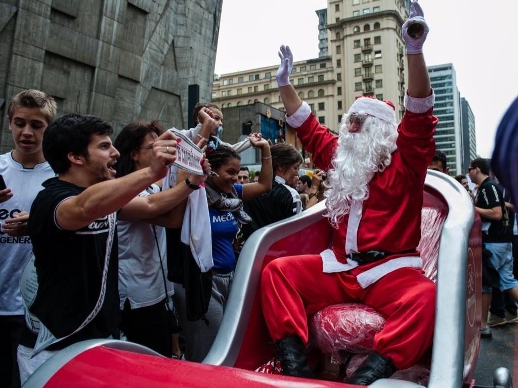16.dez.2012 - Papai Noel participa da festa corintiana na Avenida Paulista após título mundial do clube