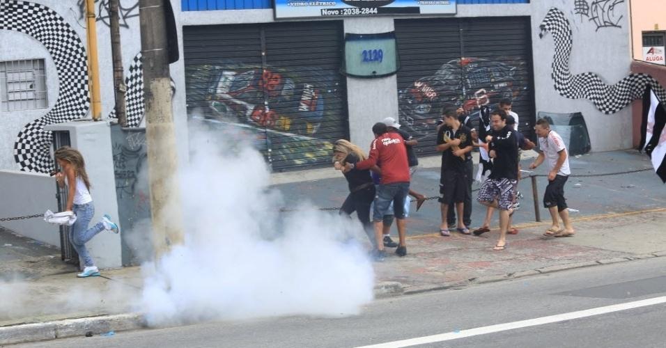 16.dez.2012 - Polícia lança bomba de efeito moral para dispersar torcida corintiana em São Miguel