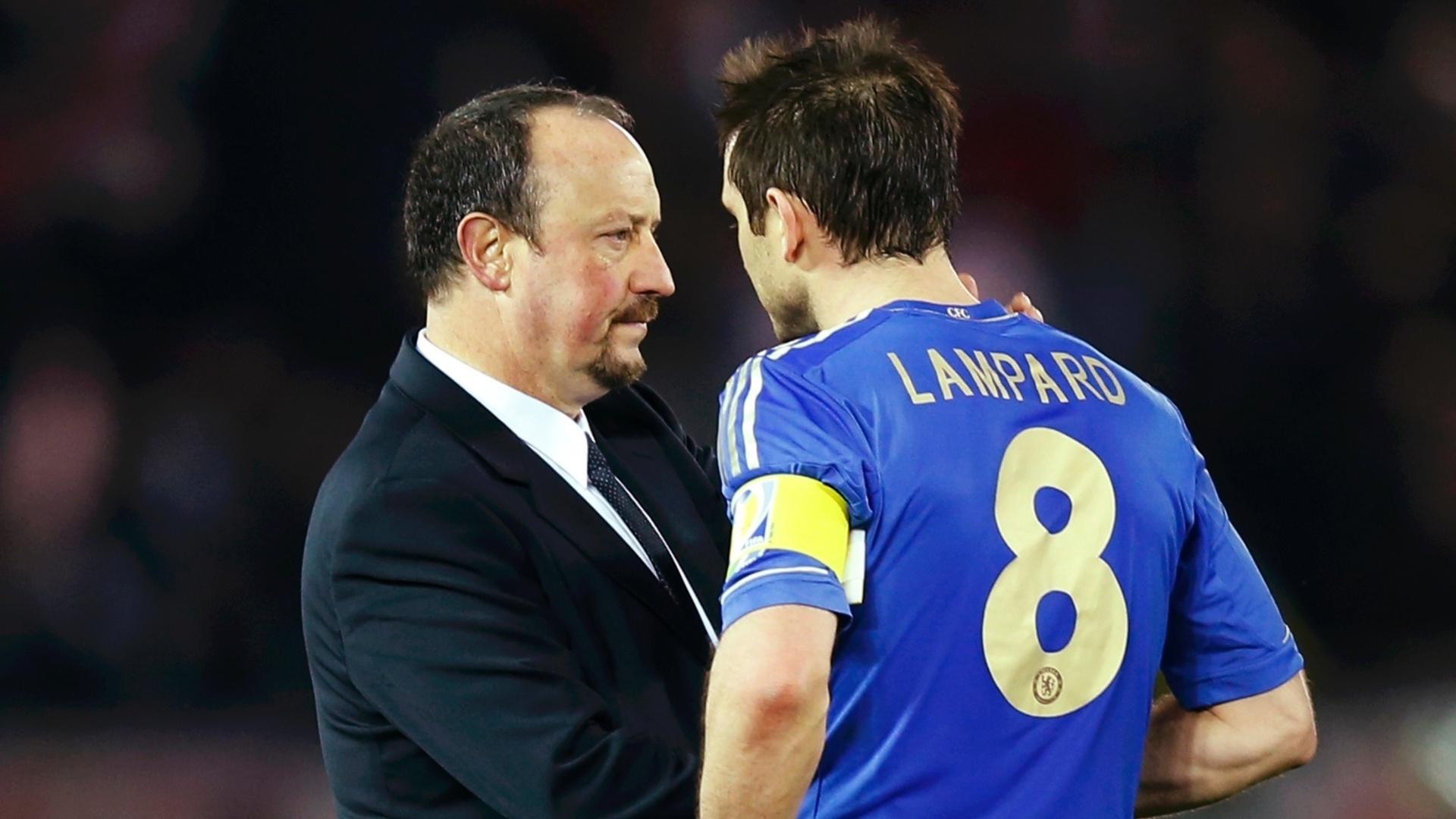 16.dez.2012 - Técnico Rafa Benítez consola Lampard, capitão do Chelsea, após derrota por 1 a 0 do time inglês para o Corinthians, na final do Mundial de Clubes da Fifa
