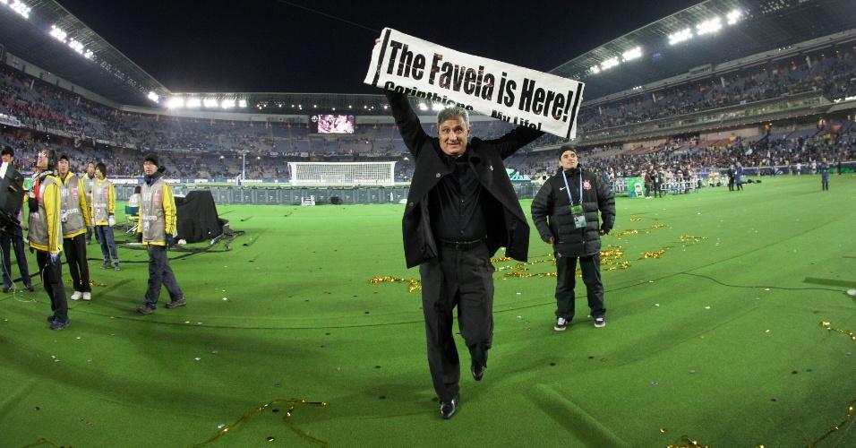 """16.dez.2012 - Tite abre faixa com a frase """"The Favela is Here"""" (A favela está aqui, em tradução livre) logo após o Corinthians conquistar o Mundial de Clubes com a vitória por 1 a 0 sobre o Chelsea"""