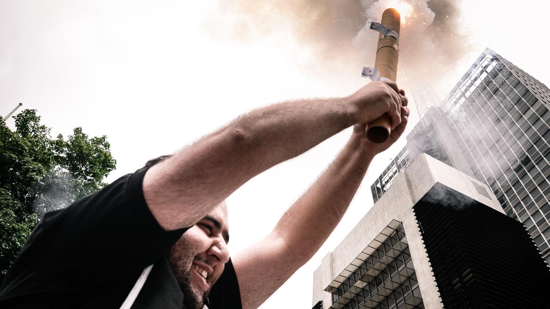 16.dez.2012 - Torcedor corintiano solta rojão na Avenida Paulista e comemora conquista do Mundial de Clubes