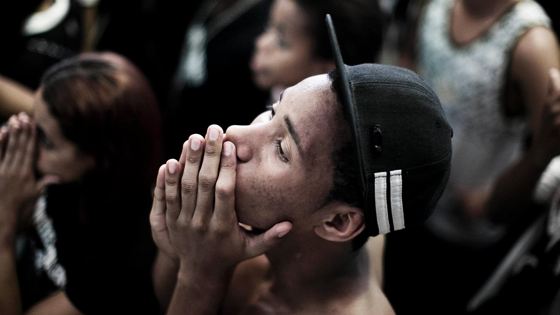 16.dez.2012 - Torcedor do Corinthians sofre enquanto acompanha a final do Mundial de Clubes contra o Chelsea