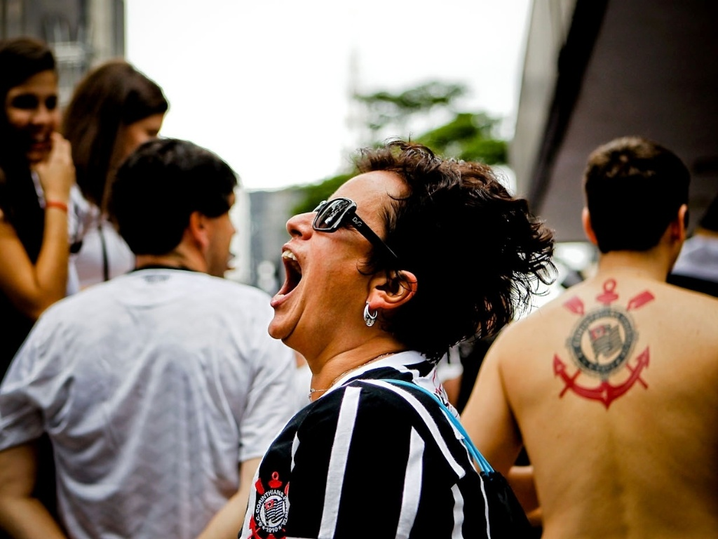 16.dez.2012 - Torcedora corintiana grita no meio da Avenida Paulista e comemora o bicampeonato mundial