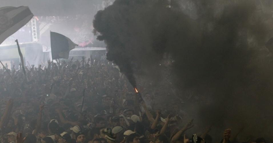 16.dez.2012 - Torcedores corintianos comemoram título mundial com sinalizadores na quadra da Gaviões da Fiel