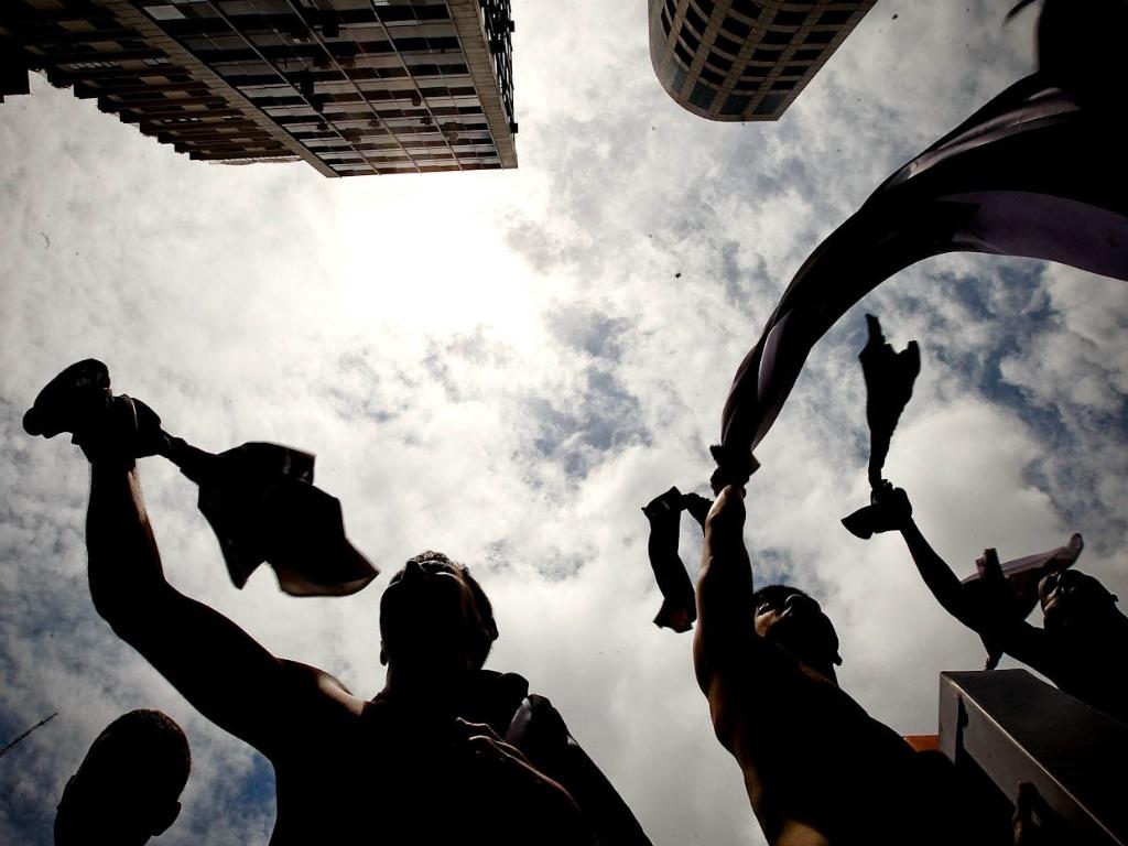 16.dez.2012 - Torcedores do Corinthians comemoram título mundial na Avenida Paulista, em São Paulo