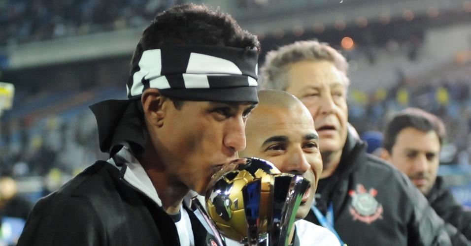 16.dez.2012 - Volante Paulinho beija a taça do Mundial de Clubes da Fifa, conquistado após vitória por 1 a 0 sobre o Chelsea, da Inglaterra, em Yokohama, no Japão