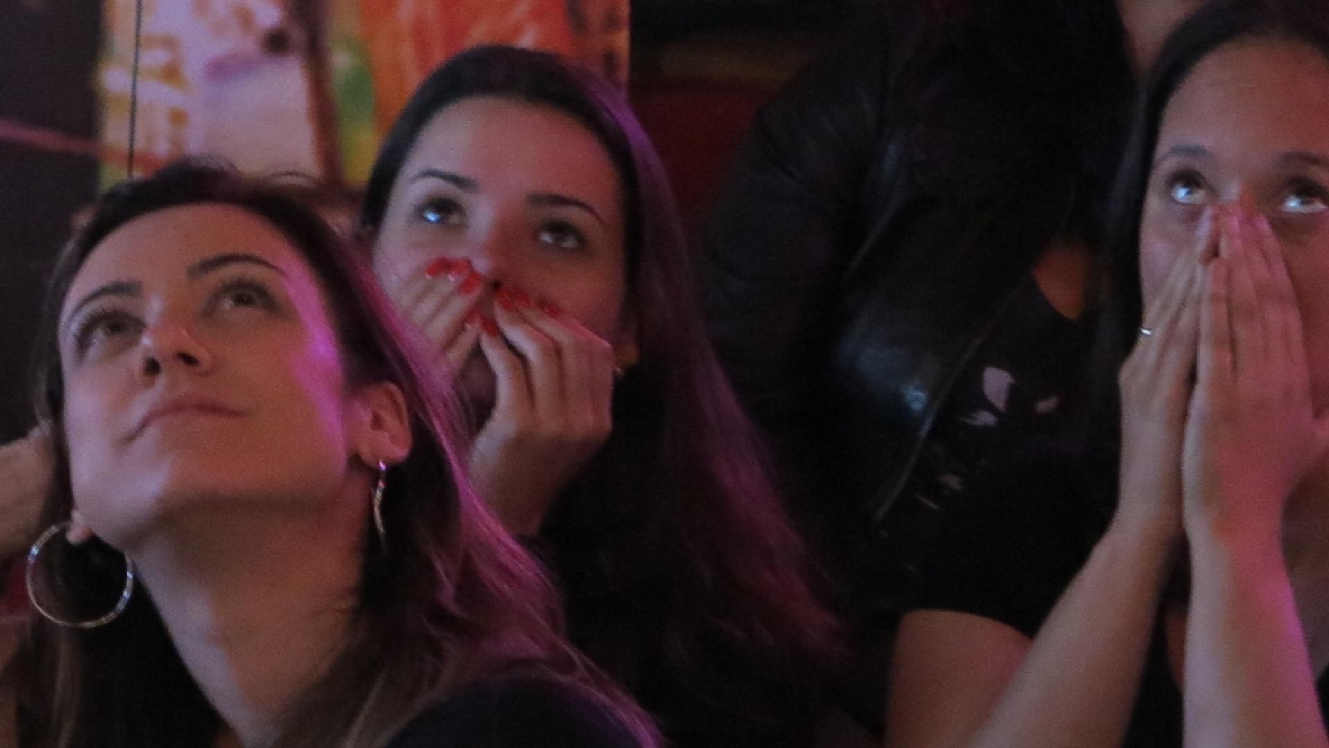 Apreensão toma conta de torcedoras no Buddies, no Itaim, durante o primeiro tempo da final do Mundial