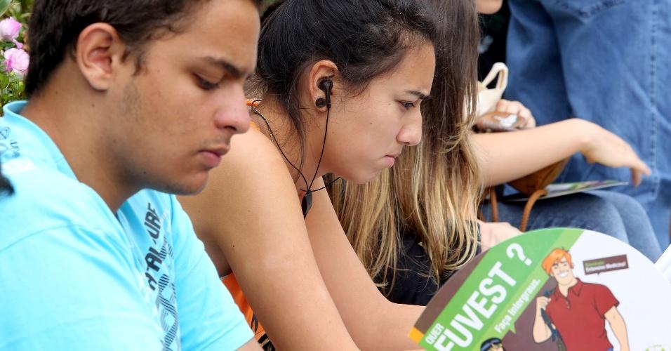 Candidatos aguardam início da prova da segunda fase da Unesp 2013 neste domingo (16)