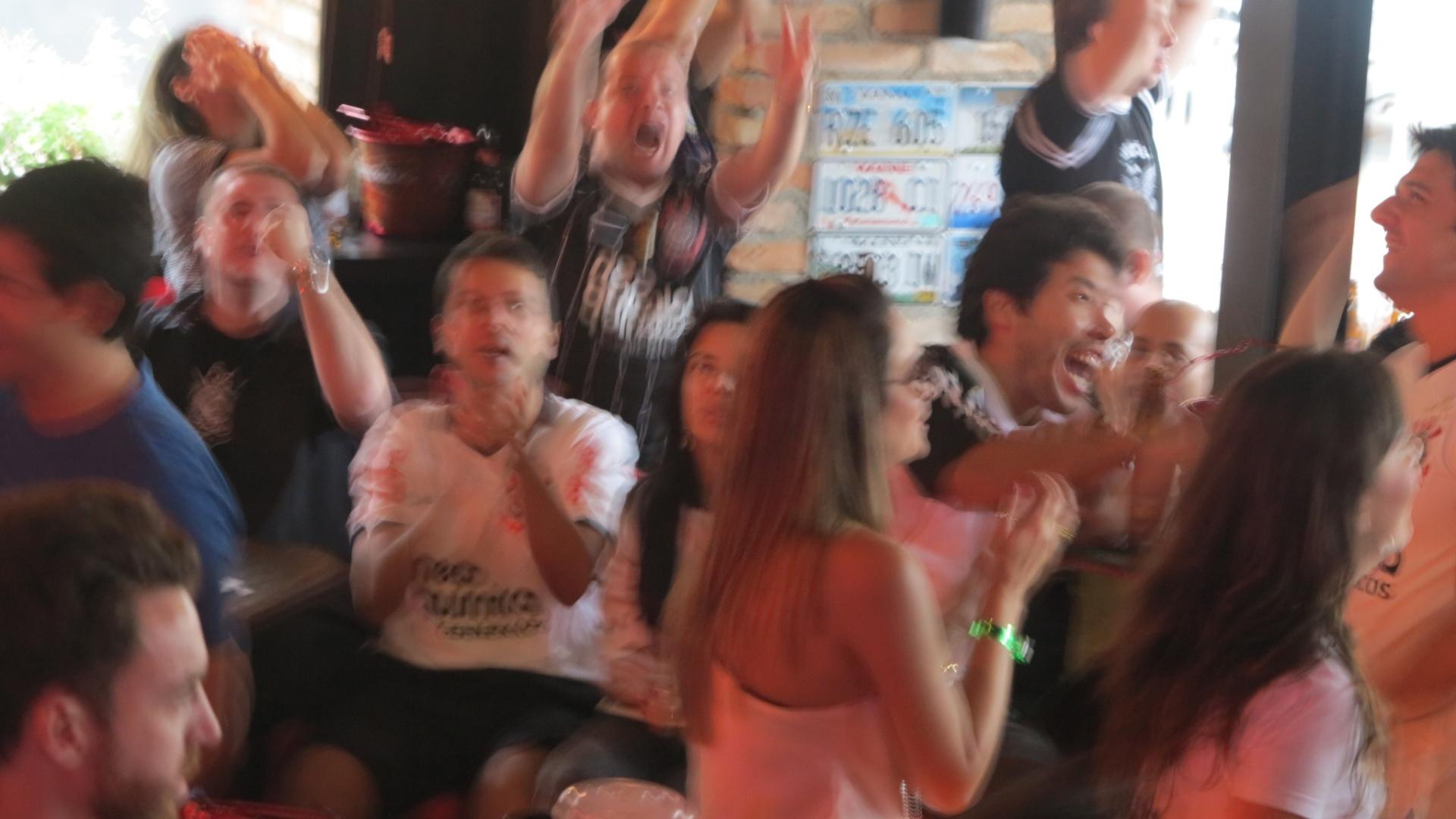 Comemoração de gol no Buddies, no Itaim, onde os corintianos pagaram R$ 8,50 pela caneca de chopp