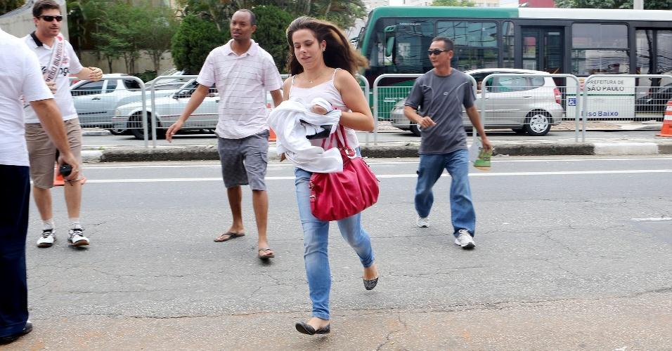 Correria para entrar na prova: candidata pula grade da avenida e é ajudada por pais e ambulantes a atravessar até local de prova