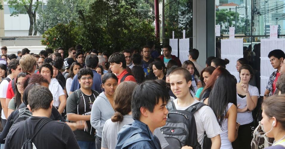 Em local de prova de São Paulo, inscritos no vestibular 2013 da Unesp aguardam a abertura das portas