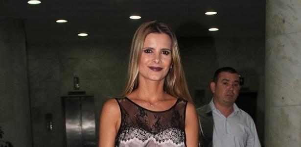 16.dez.2012 - Flávia, mulher do cantor Luciano, chega para a festa de 30 anos da cantora Wanessa no clube Royal em SP