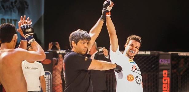 Bruno Scornavacca (d) comemora vitória por finalização em sua estreia no MMA