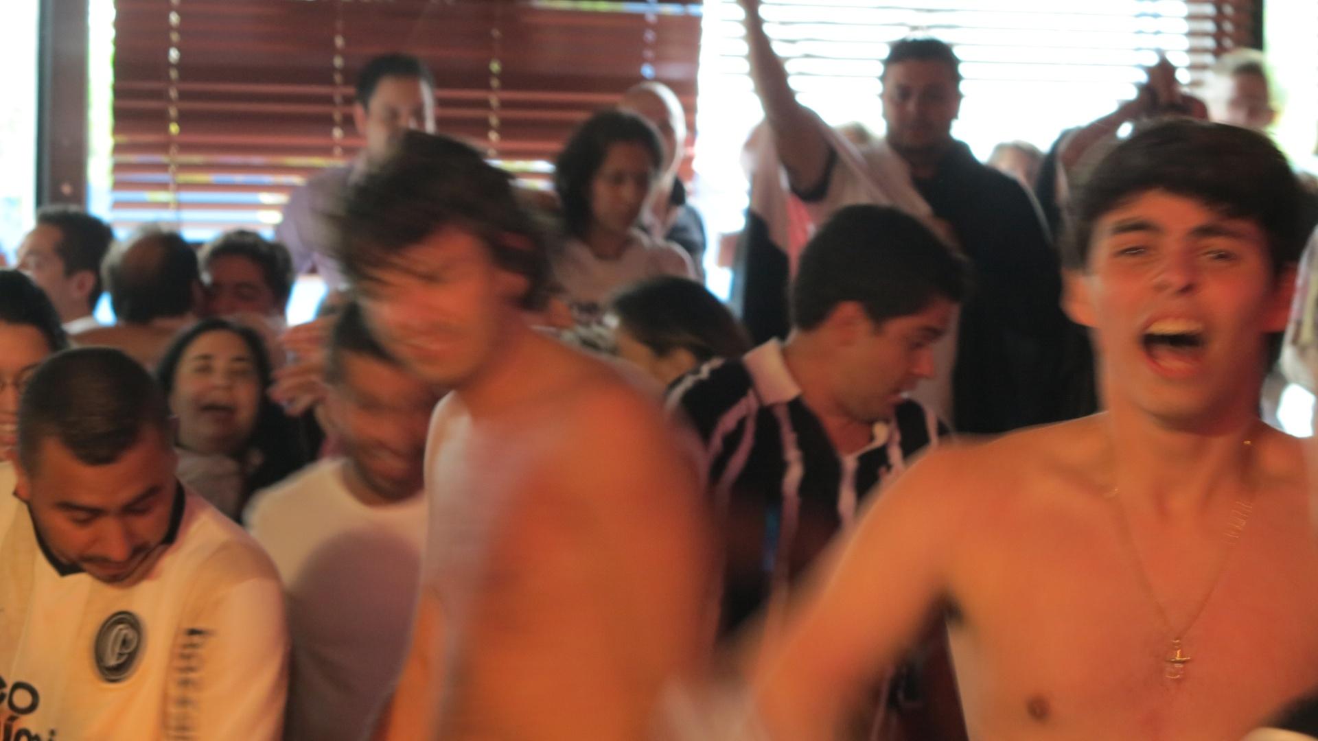 Mesmo com ambiente mais requintado, corintianos vão ao delírioem bar no Itaim após a conquista do Mundial