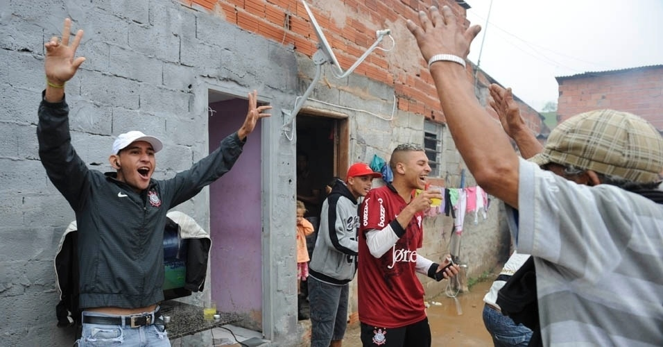 Na Comunidade da Paz, que deve ser desapropriada para obras do Itaquerão, gol corintiano teve gritos, pulos, bombinhas e petelecos