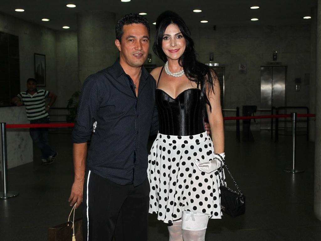 16.dez.2012 - O tio de Wanessa, Emanuel, chega com sua mulher, Glauce, para a festa de 30 anos da cantora no clube Royal em SP