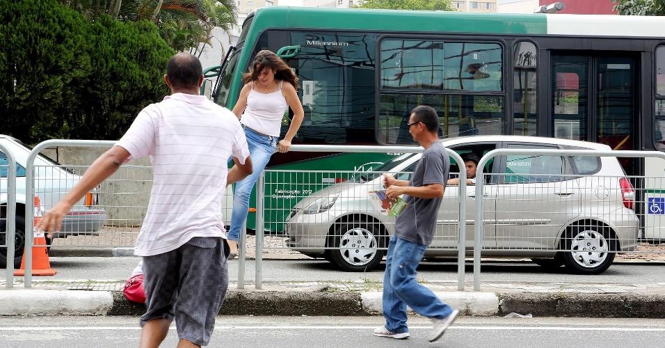 Pais e ambulantes ajudam a parar os carros e ajudam candidata a entrar nos últimos minutos das portas abertas da segunda fase da Unesp 2013