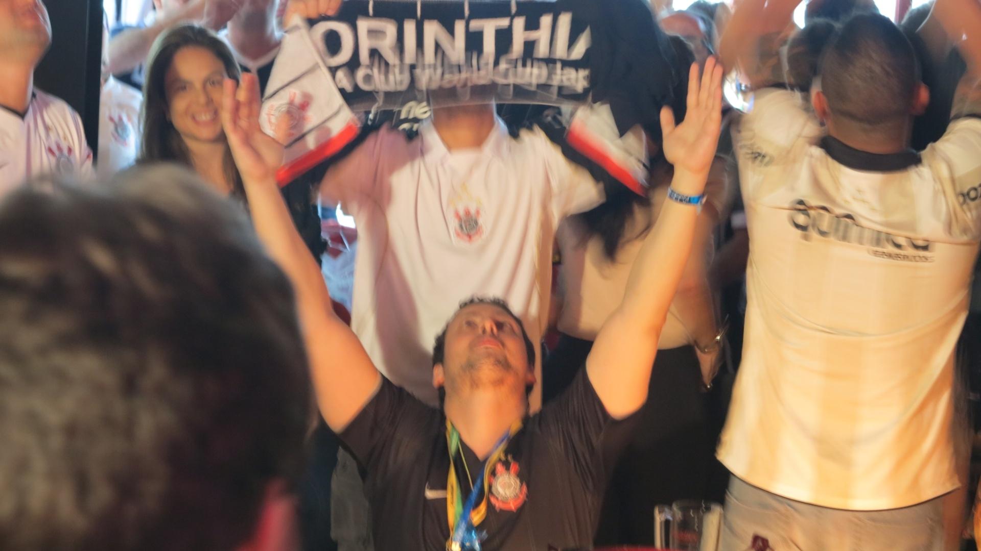 Torcedor se ajoelha ao comemorar título corintiano, no bar Buddies, no Itaim, zona sul de São Paulo