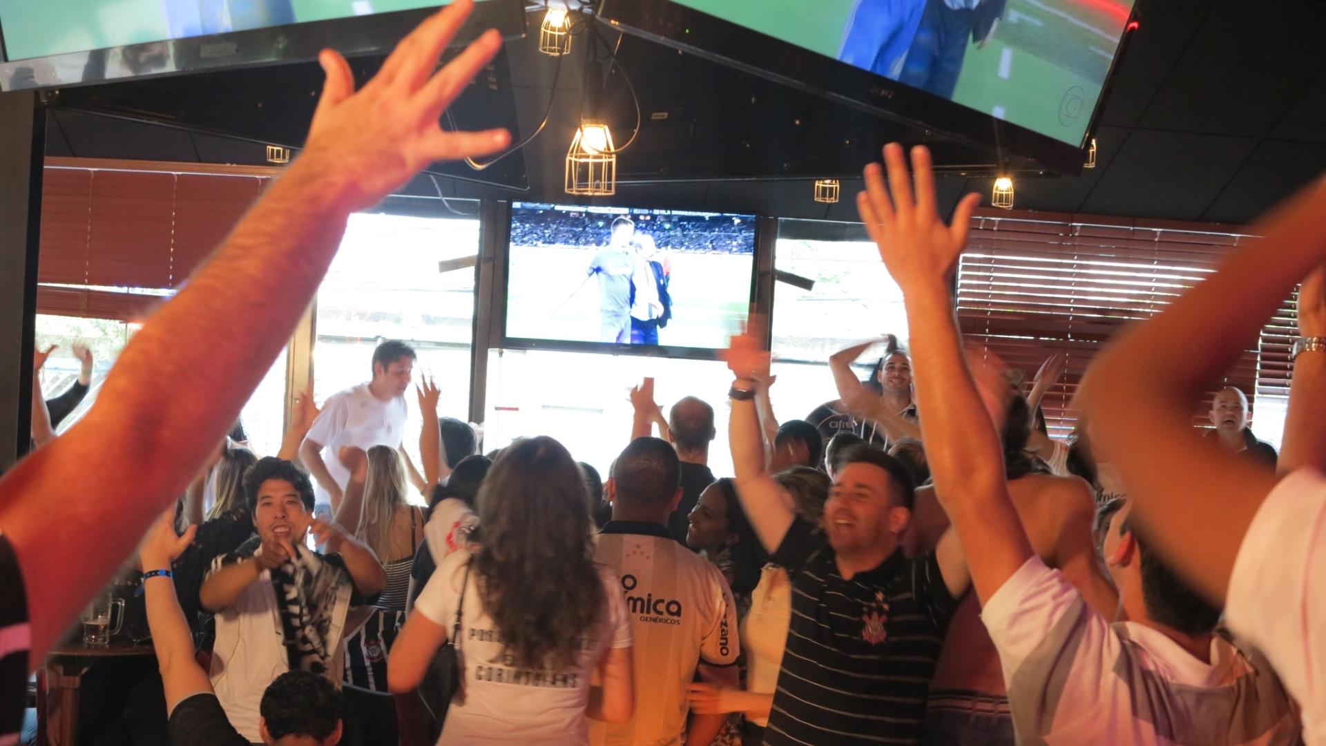 Torcedores comemoram gol do Corinthians no bar Buddies, no Itaim, zona sul de São Paulo
