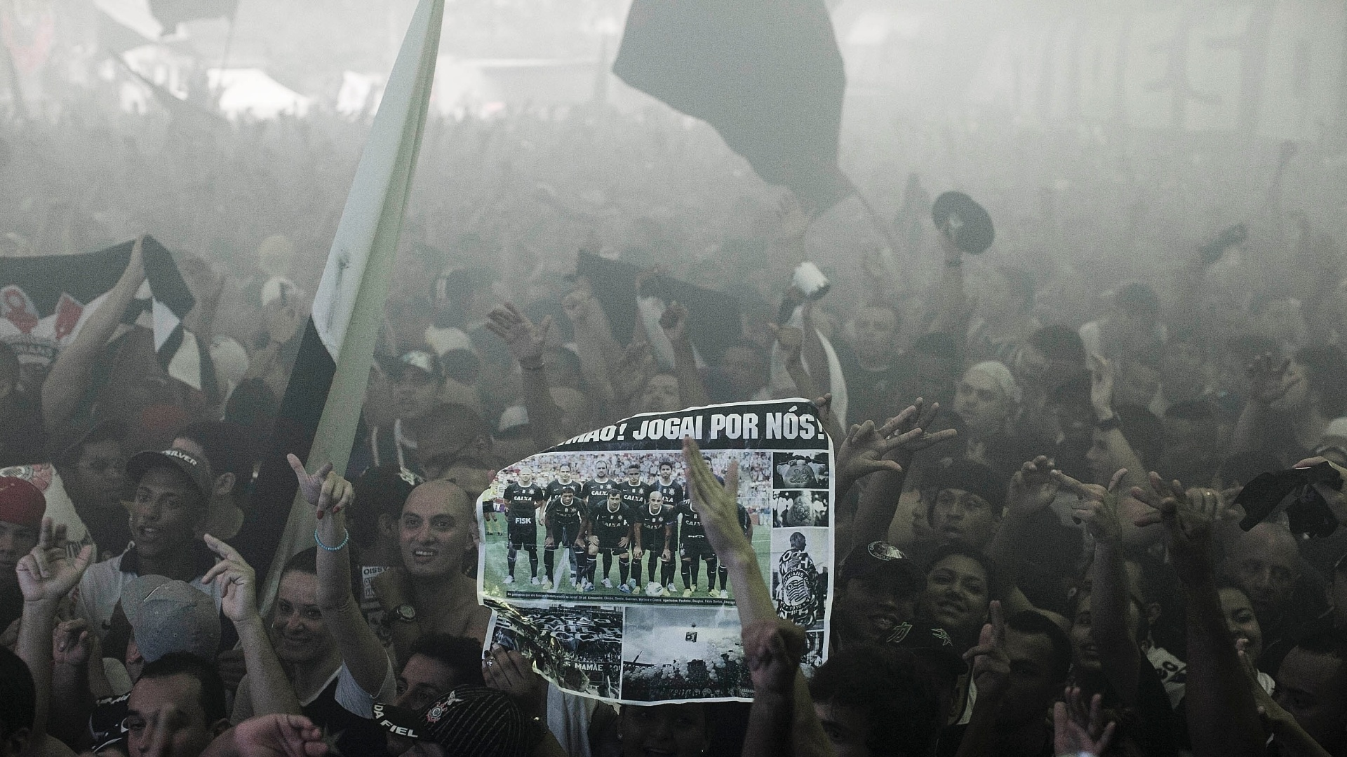 Torcida exibe cartaz com foto do time corintiano