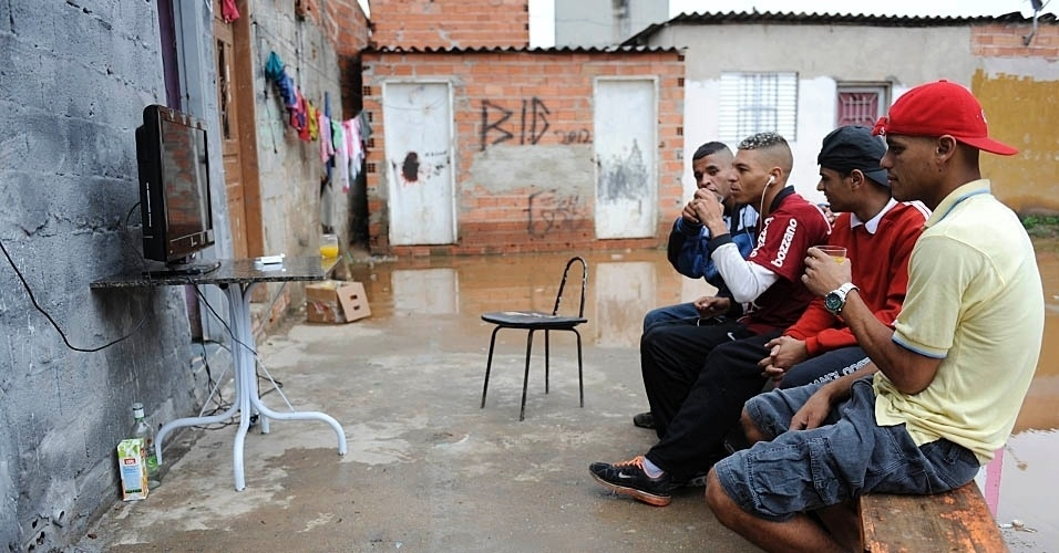 William, de fone no ouvido, preferiu acompanhar o jogo com os amigos na Comunidade da Paz a ir à quadra da Gaviões