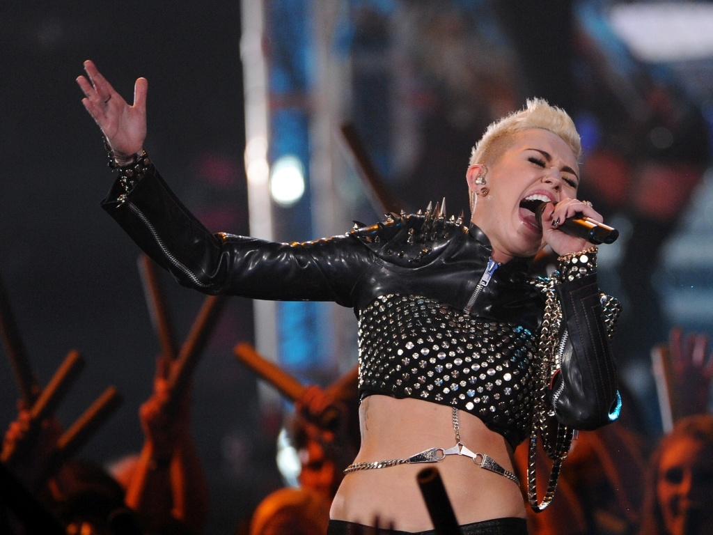 16 dez 2012 - Miley Cyrus canta no VH1 Divas 2012, homenageando Whitney Houston e Donna Summer, em Los Angeles, nos Estados Unidos