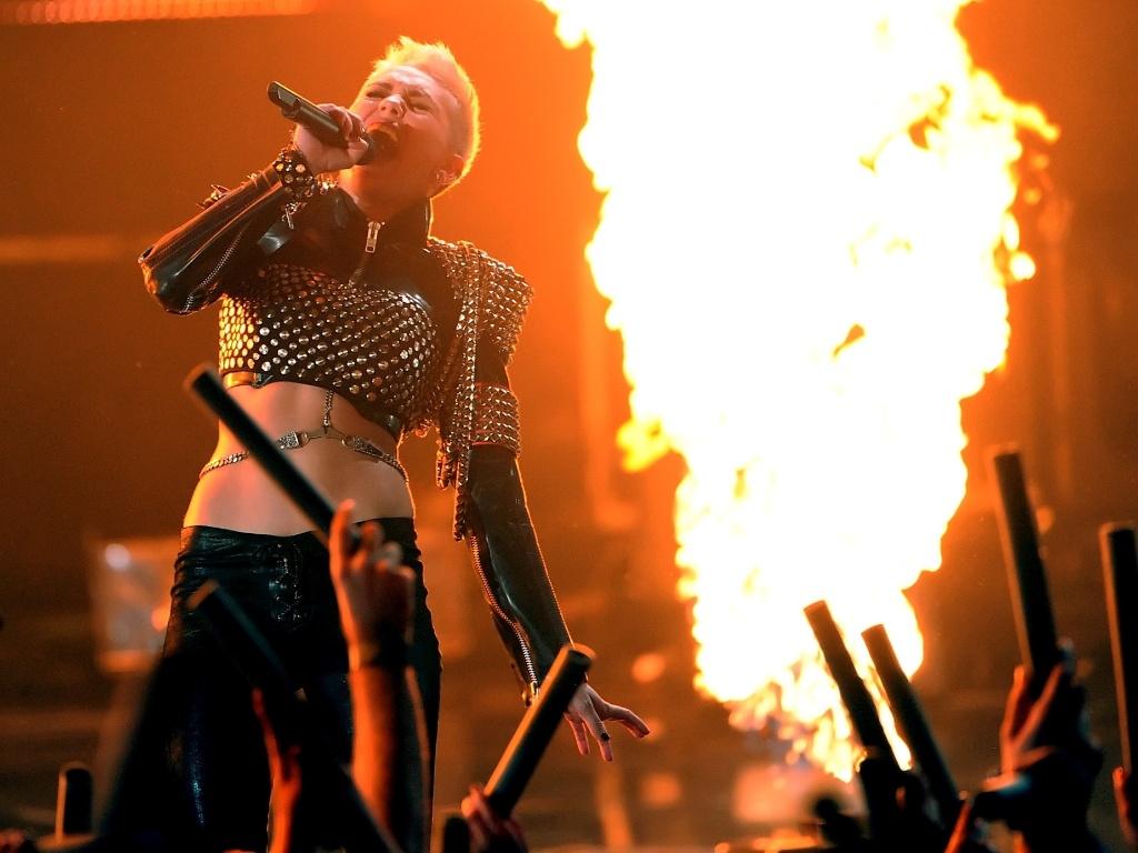 16 dez 2012 - Miley Cyrus canta no VH1 Divas 2012, homenageando Whitney Houston e Donna Summer, em Los Angeles, nos Estados Unidos