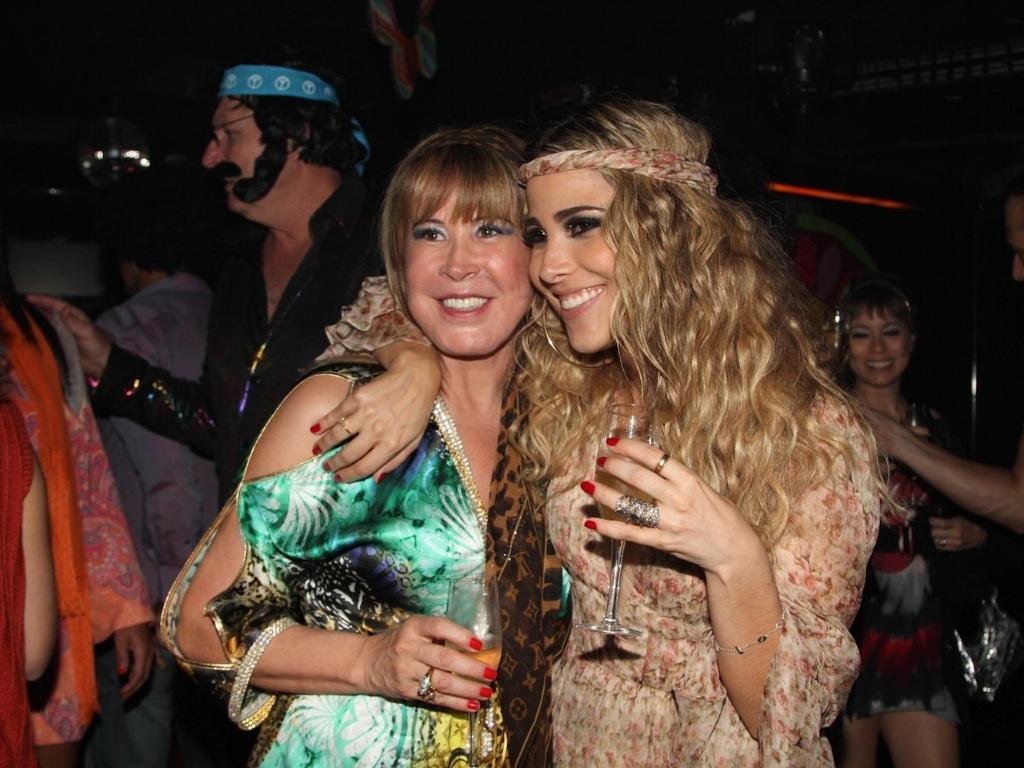 16.dez.2012 - A cantora Wanessa comemora seus 30 anos ao lado de sua mãe, Zilu Camargo, em festa no clube Royal, em São Paulo
