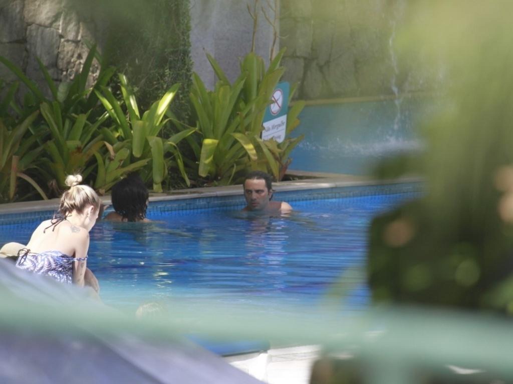 17.dez.2012 - A atriz Vanesse Giácomo e o namorado, o empresário Giuseppe Dioguardi, curtiram a piscina de um hotel localizado na zona oeste do Rio. Em junho deste ano, Vanessa se separou do ator Daniel Oliveira com quem foi casada por oito anos