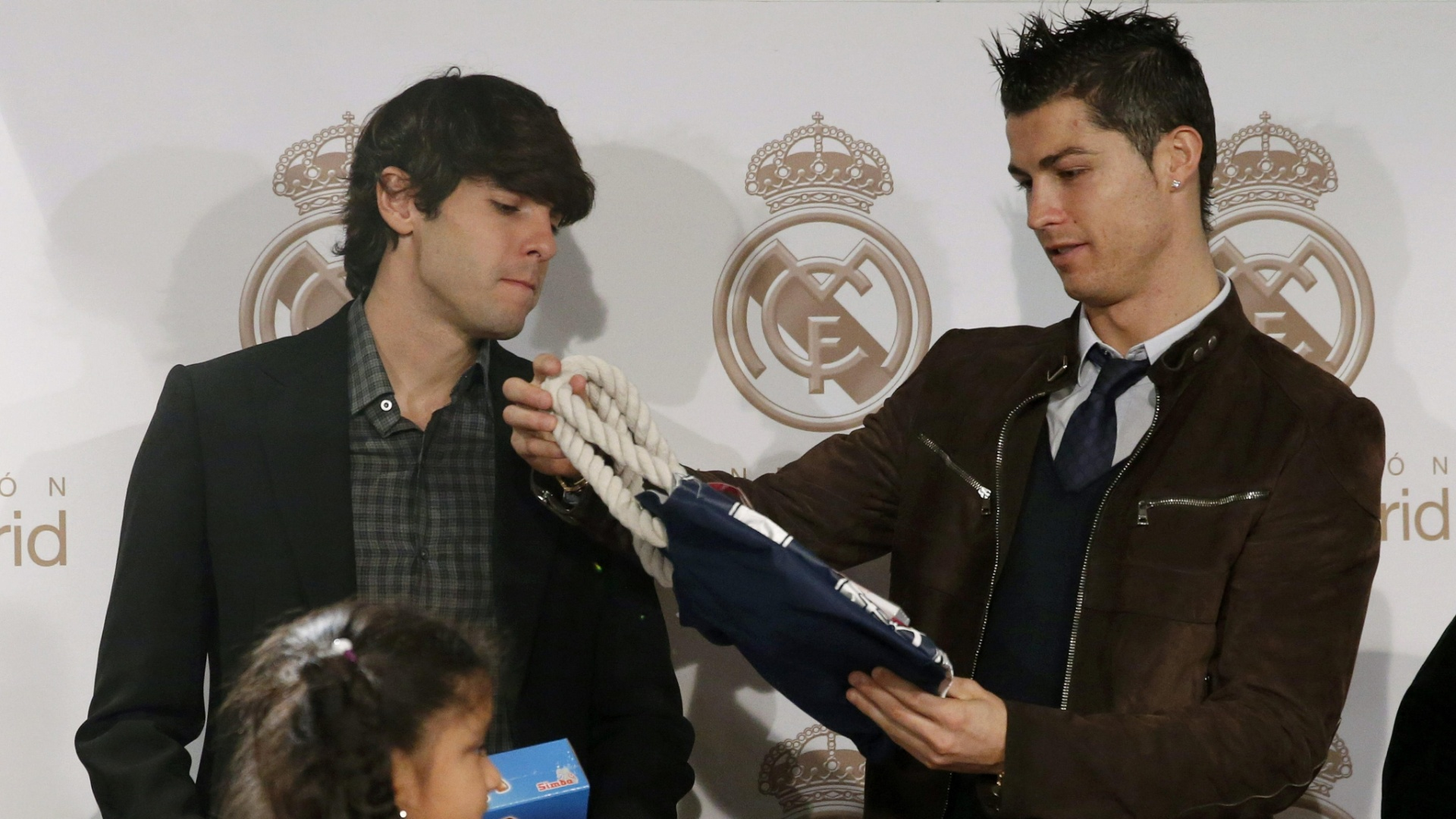 17.dez.2012 - Kak (esq) e Cristiano Ronaldo distribuem presentes durante ao de Natal do Real Madrid