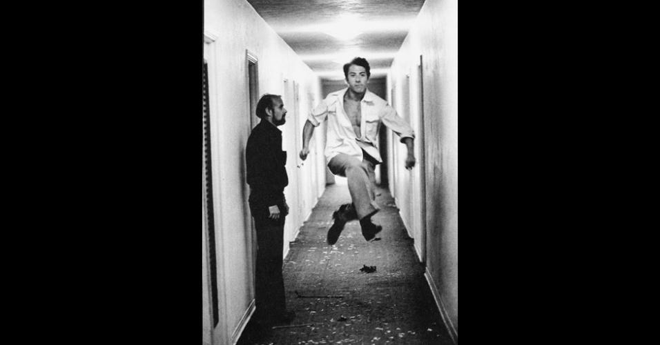 17.dez.2012 - O ator Dustin Hoffman pula para as lentes de Steve Shapiro. A imagem faz parte do livro