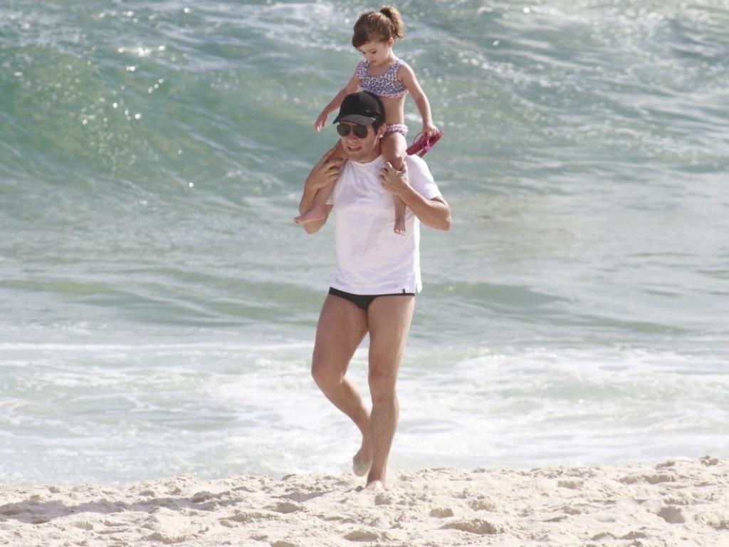 17.dez.2012 - O cantor Daniel foi à praia da Barra da Tijuca, na zona oeste do Rio. O sertanejo se divertiu com a filha Lara, de três anos
