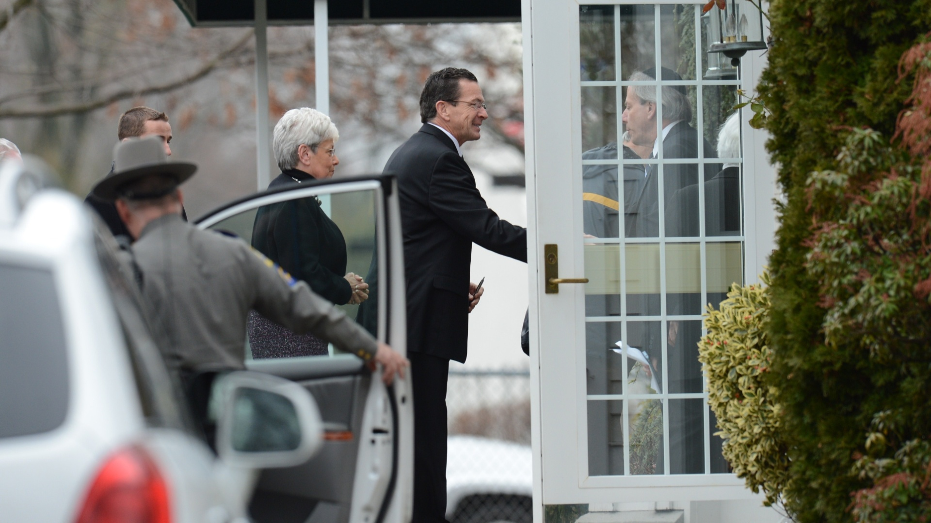 17.dez.2012 - O governador de Connecticut Dannel Malloy chega ao funeral de Noah Pozner, 6, assassinado no massacre da escola Sandy Hook