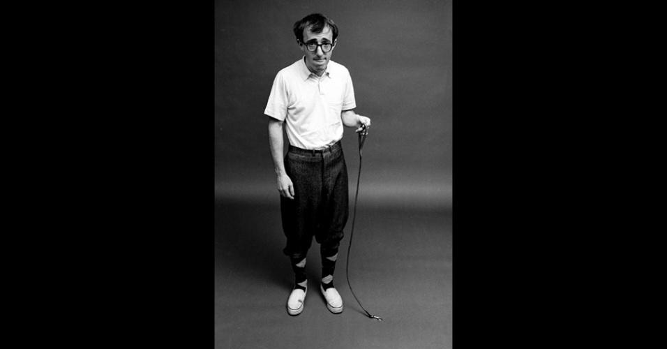 17.dez.2012 - Woody Allen posa para as lentes do fotógrafo Steve Shapiro. A imagem faz parte do livro