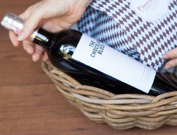 ...E pelo vinho. A cesta de vime usada pela decoradora você encontra parecidas e baratas, por exemplo, em lojas da rua 25 de Março