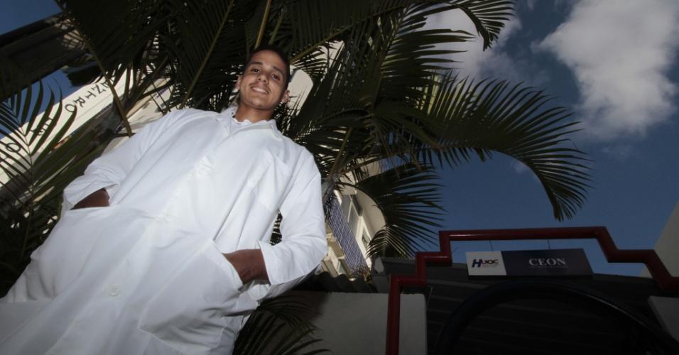 Esaú da Silva Santos, 22, se formou em medicina pela Universidade de Pernambuco (UPE) no dia 12 de dezembro de 2012. De origem humilde, morador da zona rural de Jaboatão dos Guararapes, no Grande Recife, o rapaz estudou a vida toda em escola pública