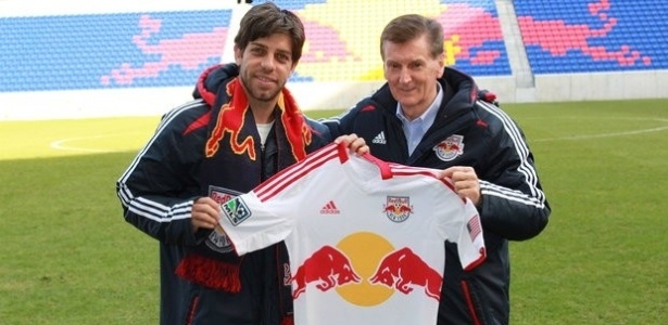 Juninho Pernambucano posa com camisa do Red Bull, no Estados Unidos