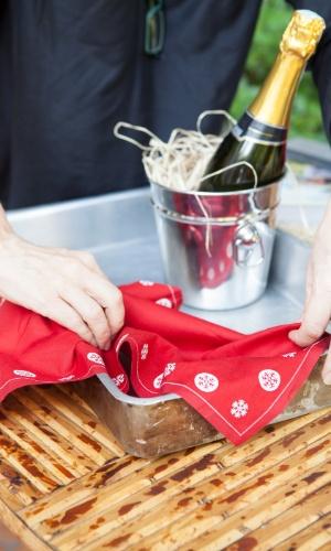 ?Comece com um pano ou uma toalha em uma das partes da cesta. Vale até um guardanapo legal usado. Isso dá aconchego ao pacote. Eu gosto dele enrugado mesmo.?