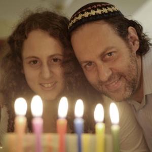 Liat e o pai, o rabino More Ventura, com o candelabro da celebração do Hanukkah