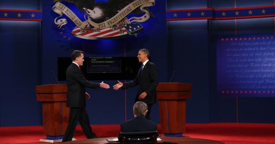 Reviravolta na campanha eleitoral dos EUA - Os candidatos Mitt Romney e Barack Obama se cumprimentam no início do primeiro dos três debates, em 3 de outubro, na Universidade de Denver. O primeiro, com um desempenho agressivo, e o segundo totalmente apagado, acirraram a disputa na qual Obama levou vantagem e acabou reeleito
