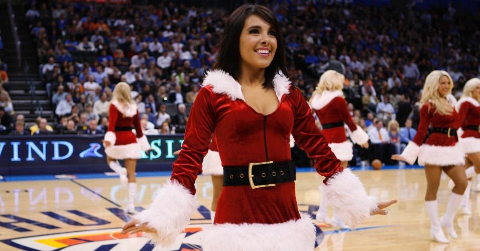 17.dez.2012 - Em clima natalino, cheerleaders do Oklahoma City Thunder fazem apresentação durante jogo contra o San Antonio Spurs