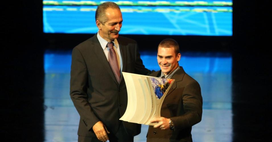 18.dez.2012 - Ginasta Arthur Zanetti recebe o troféu de melhor atleta de 2012 no Prêmio Brasil Olímpico, no Theatro Municipal, no Rio de Janeiro