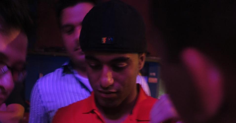 18.dez.2012 - Lucas dá autógrafo a fã ao chegar em casa noturna de São Paulo para sua festa de despedida